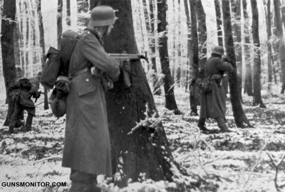 ADN-ZB/Archiv II. Weltkrieg 1939-45 Die Ardennoffensive der faschistischen deutschen Wehrmacht beginnt am 16. Dezember 1944 gegen die alliierten Truppen in Westeuropa. Nach anfänglichen Erfolgen müssen sich die deutschen Truppen bis Ende Januar 1945 auf ihre Ausgangsstellungen zurückziehen. Ein deutsches Regiment ist in einem Wald in Luxemburg eingeschlossen. Hinter Bäumen feuern die Grenadiere auf den Gegner und versuchen durchzubrechen; aufgenommen am 22.12.1944 [Herausgabedatum] (Lange)